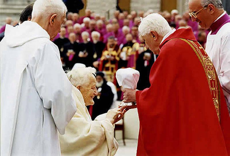 This image has an empty alt attribute; its file name is Benedikt-XVI-Prijimanie-na-ruku-Roger-Schutz.jpg