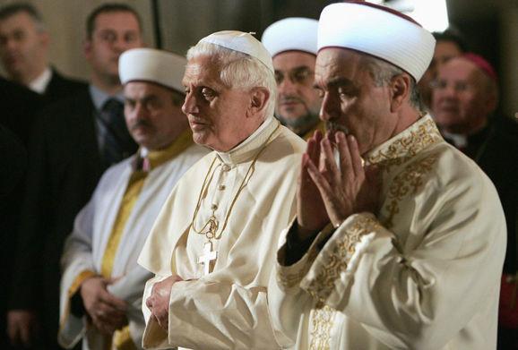 Benedikt-XVI-modlenie-sa-v-mesite