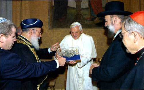 This image has an empty alt attribute; its file name is Benedikt-XVI-zid-rabin-Castel.jpg