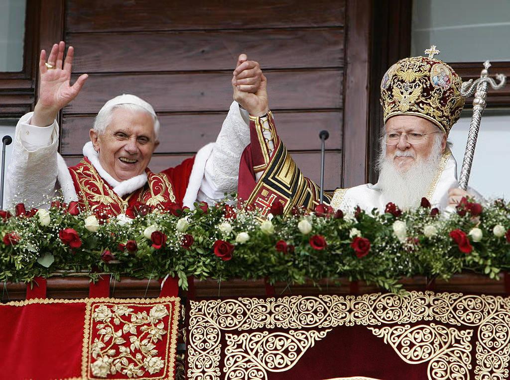 Tento obrázok nemá vyplnený ALT popisok, jeho názov je anti-papez-benedikt-xvi-bartolomej-balkon.jpg