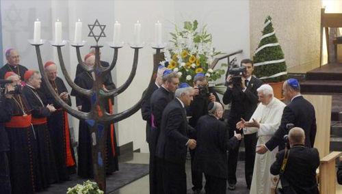 This image has an empty alt attribute; its file name is anti-papez-benedikt-xvi-synagoga-kolin-2005.jpg