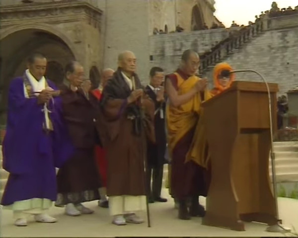 This image has an empty alt attribute; its file name is assisi-1986-dalajlama-podium-c.jpg