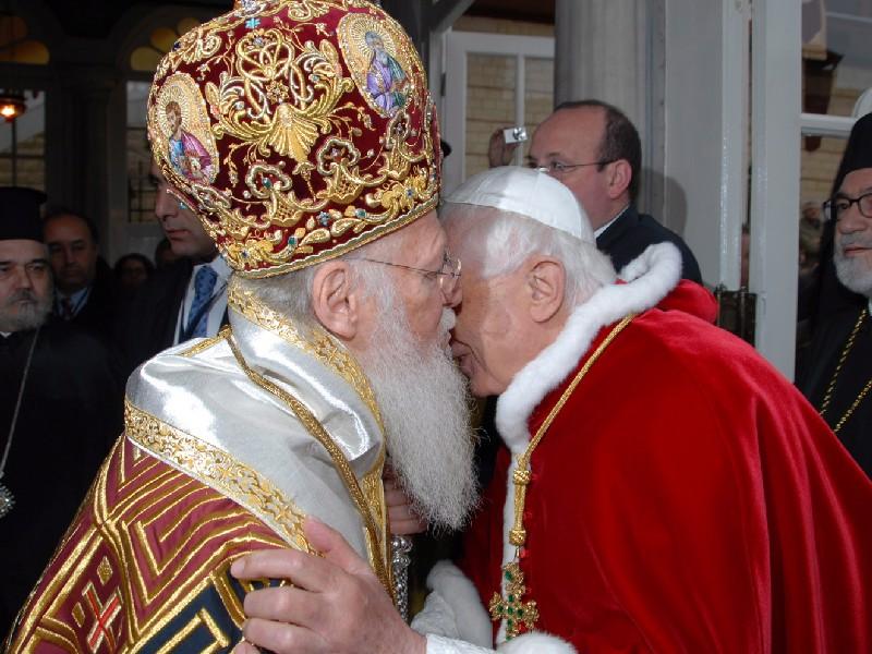 Tento obrázok nemá vyplnený ALT popisok, jeho názov je benedikt-xvi-bartolomej-2006.jpg