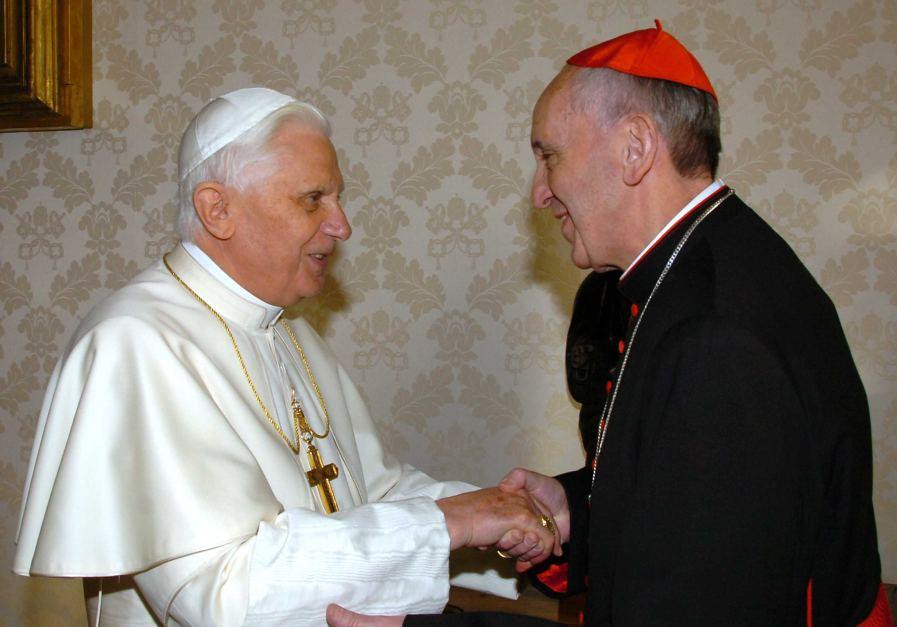 Tento obrázok nemá vyplnený ALT popisok, jeho názov je benedikt-xvi-frantisek-slobodomurarske-podanie-ruk.jpg