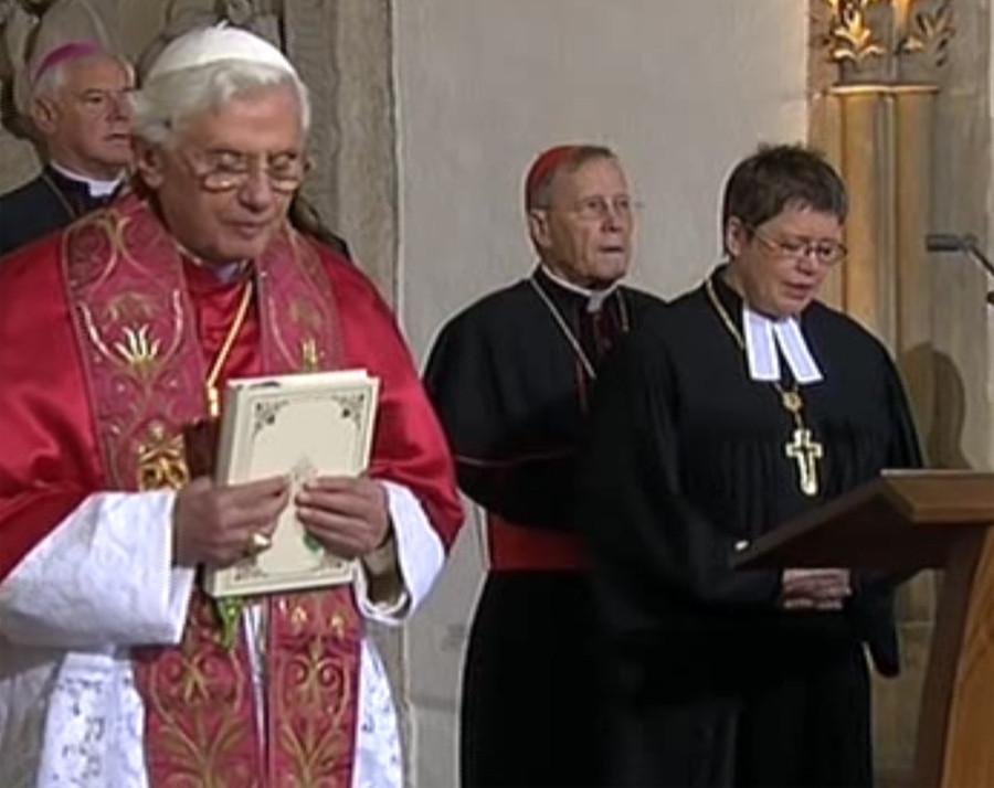 Tento obrázok nemá vyplnený ALT popisok, jeho názov je benedikt-xvi-luteranka-pri-modlitbe-O.jpg