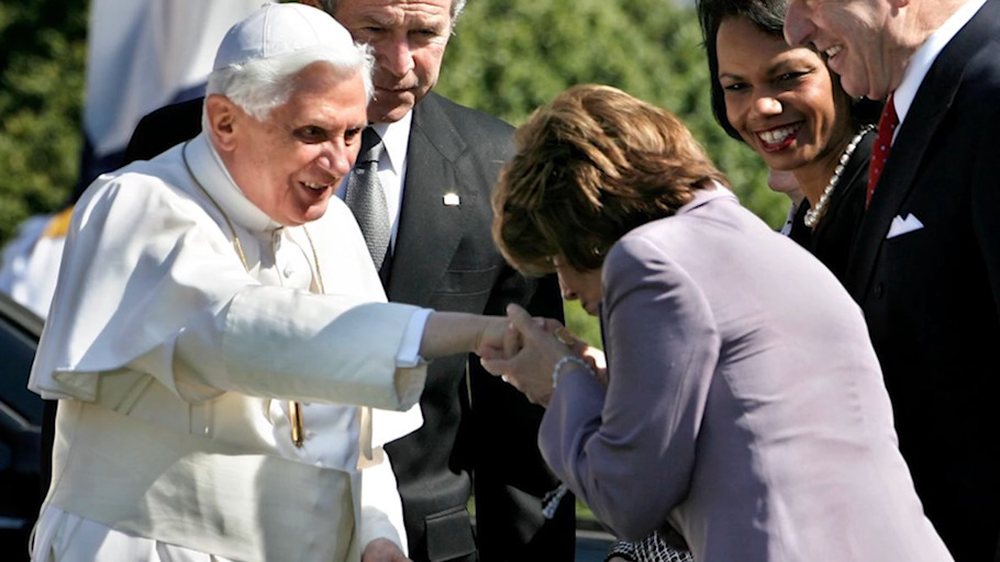 Tento obrázok nemá vyplnený ALT popisok, jeho názov je benedikt-xvi-pelosi-heretik-skandal.jpeg