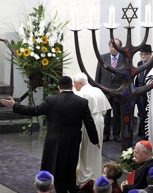Tento obrázok nemá vyplnený ALT popisok, jeho názov je benedikt-xvi-synagoga-menora-kolin-2005.jpg
