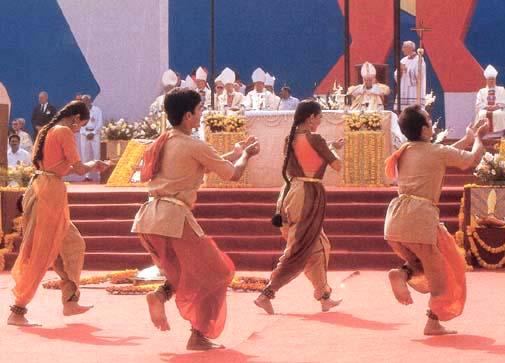 Tento obrázok nemá vyplnený ALT popisok, jeho názov je jan-pavol-ii-hinduisticke-tance-neviestka.jpg