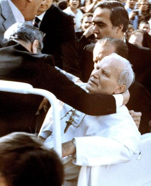 Tento obrázok nemá vyplnený ALT popisok, jeho názov je jan-pavol-ii-raneny-1981-postreleny.jpg