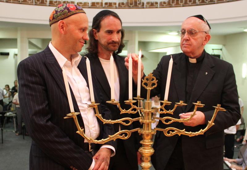 Tento obrázok nemá vyplnený ALT popisok, jeho názov je jorge-bergoglio-synagoga-menora-chanuka.jpg
